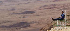 לחיות במצפה רמון - ארי שומרון על שפת מכתש רמון