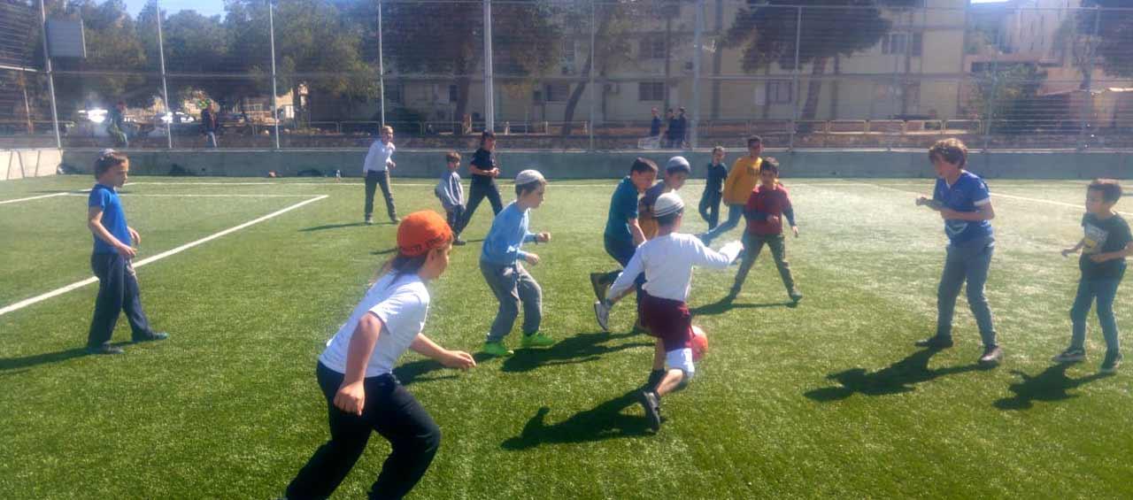 משחק כדורגל בין ילדים במצפה רמון 2020