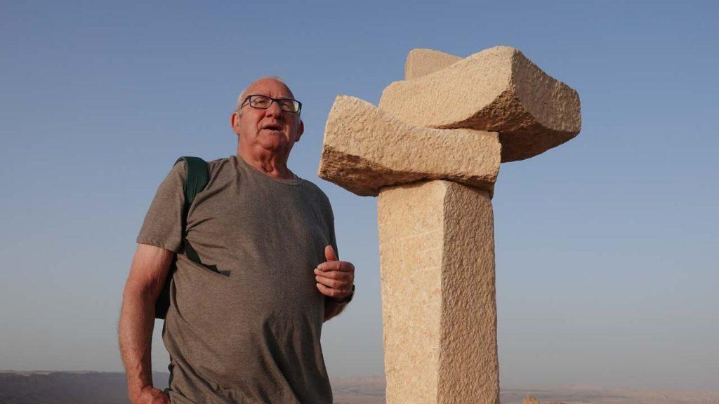 איצו רימר ליד פסל אשת לוט מאת משה שטרנשוס