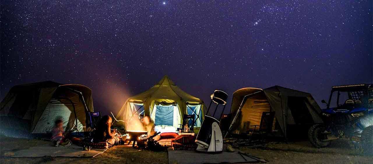 מאהל קמפינג במכתש רמון עם כוכבים וטלסקופ