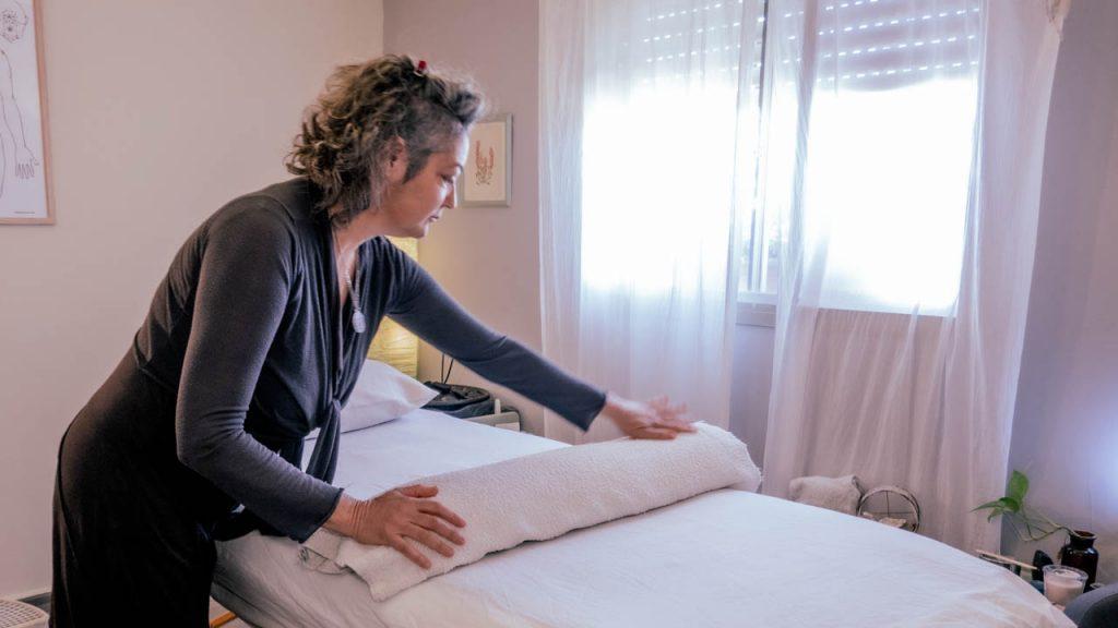 ליאת מסדרת את הקליניקה לקראת טיפול איזון חיים