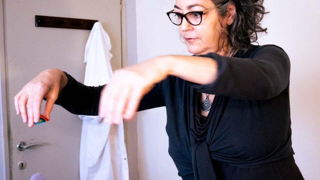 ליאת מחזיקה כרטיסי ורטקס מעל מטופל בשיטת איזון חיים