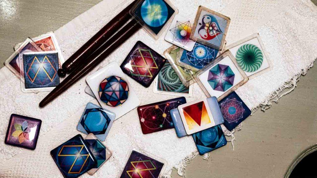 כרטיסי ורטקס צבעוניים מונחים על השולחן