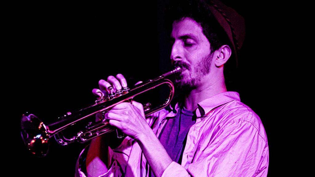 אלמוג זהבי מנגן בחצוצרה במועדון הג׳אז מצפה רמון