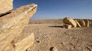פסל מורכב מאבנים במדבר
