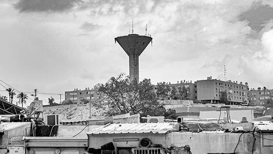 מגדל המים במצפה רמון מעל שכונות וותיקות