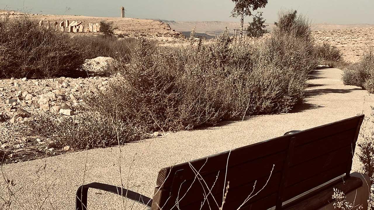 ספסל צופה אל הפסל שער אל המדבר