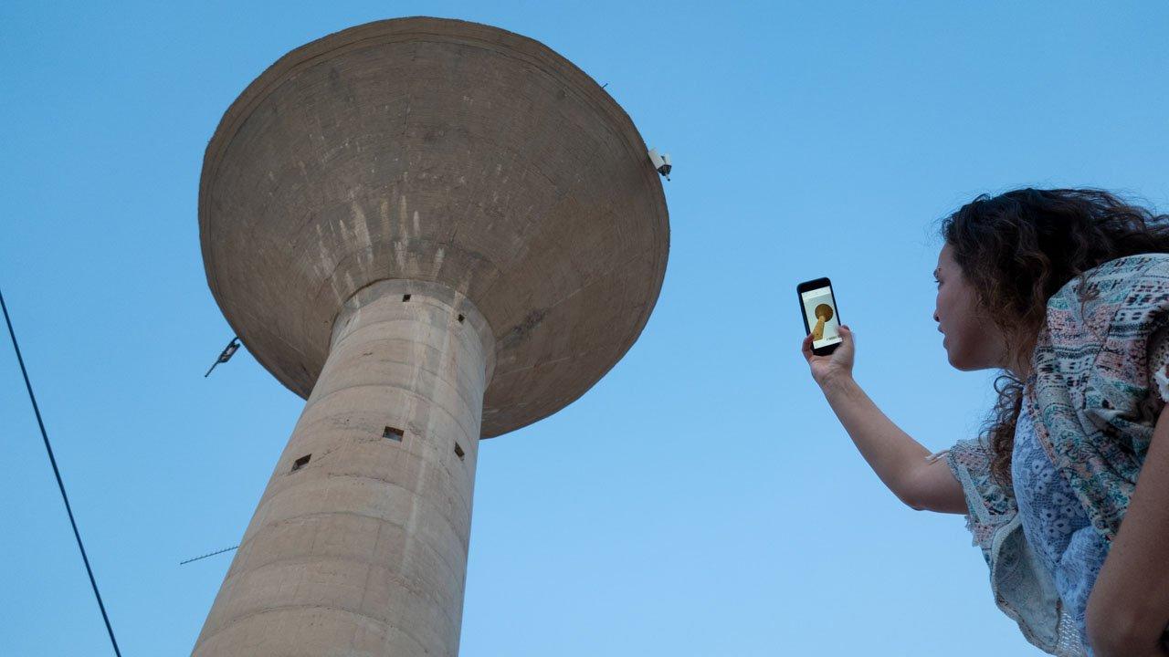 אישה מצלמת את מגדל המים במצפה רמון