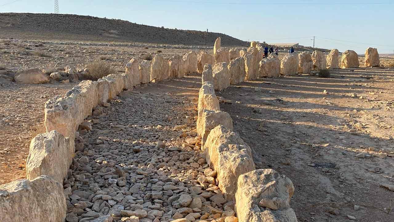 שתי שורות אבנים שיוצרות שביל במדבר